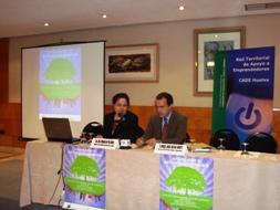 La delegada de Innovación en Huelva junto al Director del CADE onubense