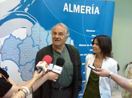 Dominique Lapierre atiende a los medios junto acompañado por la delegada de Cultura en Almería, Yolanda Callejón
