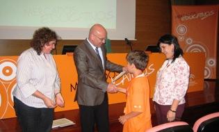 La directora de Economía Social y Emprendedores, Ana Barbeito, entre los diplomas junto al delegado de Educación en Málaga, Antonio Escámez