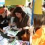 Ana Barbeito visita el stand de una cooperativa juvenil