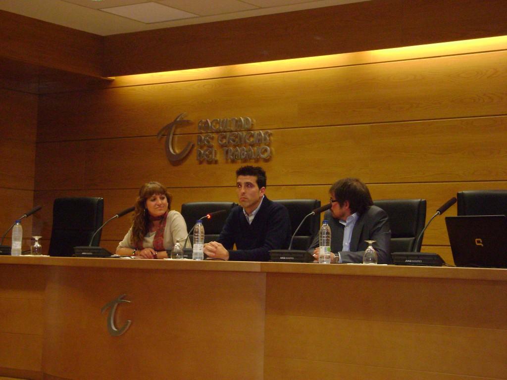 La delegada de Empleo, Marina Martín, durante el encuentro con los universitarios
