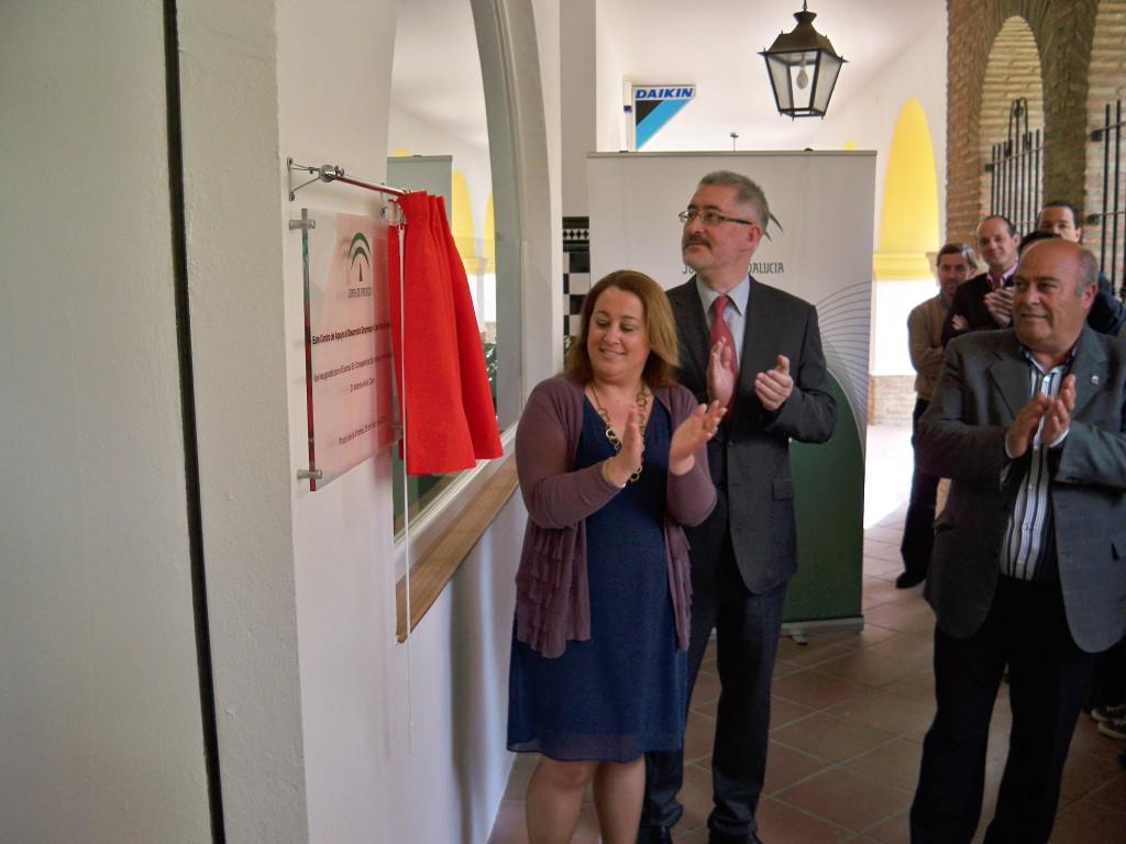 El consejero de Economía, Innovación y Ciencia, Antonio Ávila y la alcaldesa de Rincón de la Victoria, Encarnación Anaya, inaugurando el CADE