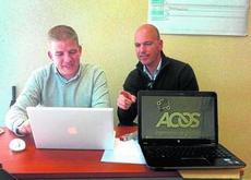 El gaditano Domingo Cabello (derecha), junto a uno de sus socios, en la sede de su empresa Acos.