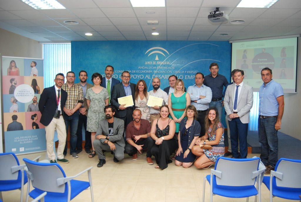 Foto de familia de la delegada de Economía junto a ganadores, finalistas, patrocinadores y jurado de los IV Premios provinciales de Andalucía Emprende en Cádiz