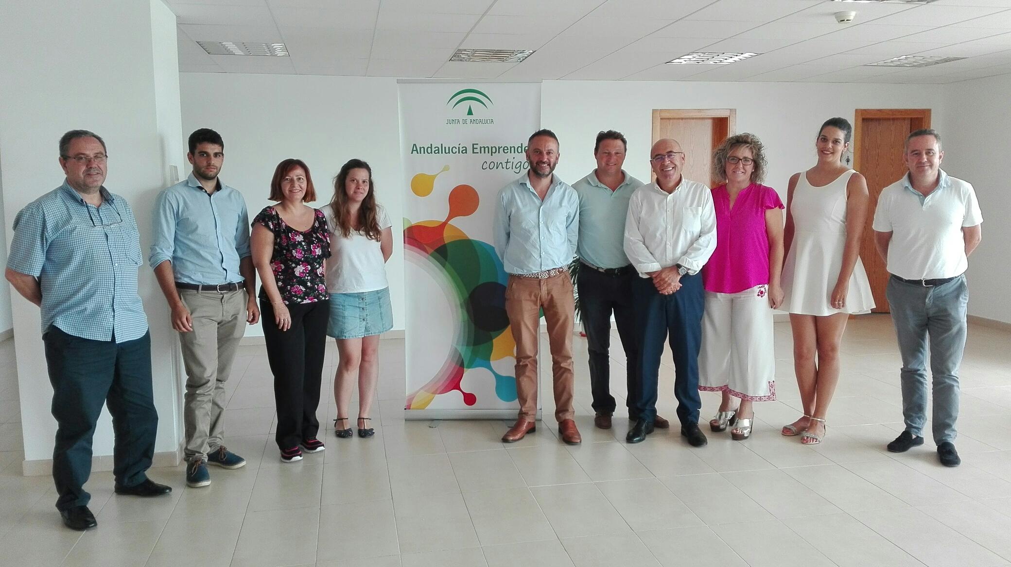 El delegado de Economía, Innovación, Ciencia y Empleo junto al coordinador provincial de Andalucía Emprende, técnicos del CADE de Almería y los nuevos emprendedores y emprendedoras alojados en sus instalaciones