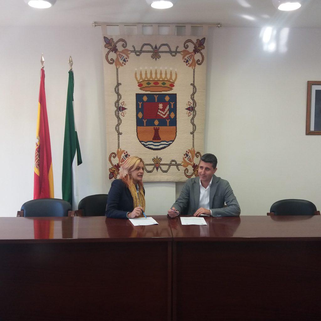 Montserrat Reyes, directora gerente de Andalucía Emprende y Noé Oña, alcalde del Ayuntamiento de Guaro, durante la firma del convenio