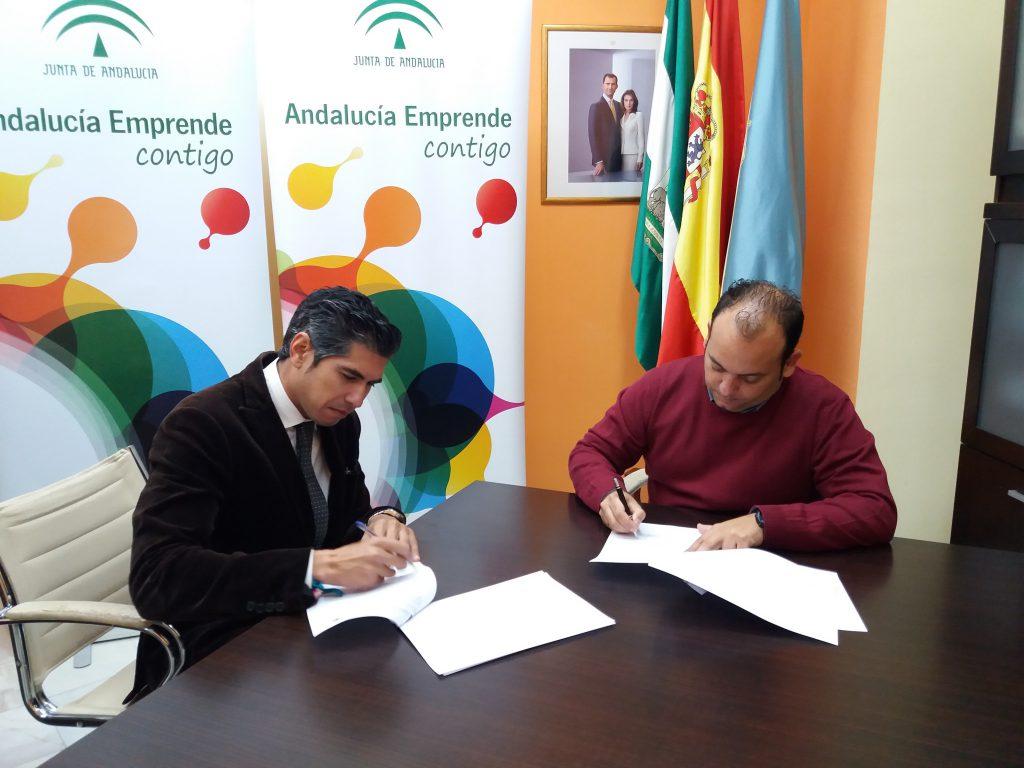 El delegado territorial de Economía, Innovación Ciencia y Empleo en Sevilla, en representación de Andalucía Emprende, y el alcalde del Ayuntamiento de La Algaba, Diego Manuel Agüera durante la firma del convenio