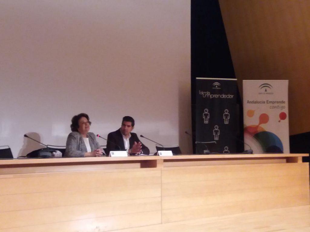 Juan Borrego, delegado territorial de Economía, Innovación, Ciencia y Empleo en Sevilla acompañado de Carmen Castreño, delegada de Economía del Ayuntamiento de Sevilla, durante la inauguración del concurso