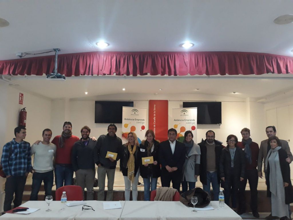 El Alcalde de Cazalla de la Sierra y la directora gerente de Andalucía Emprende junto a los emprendedores alojados en el CADE de Cazalla de la Sierra