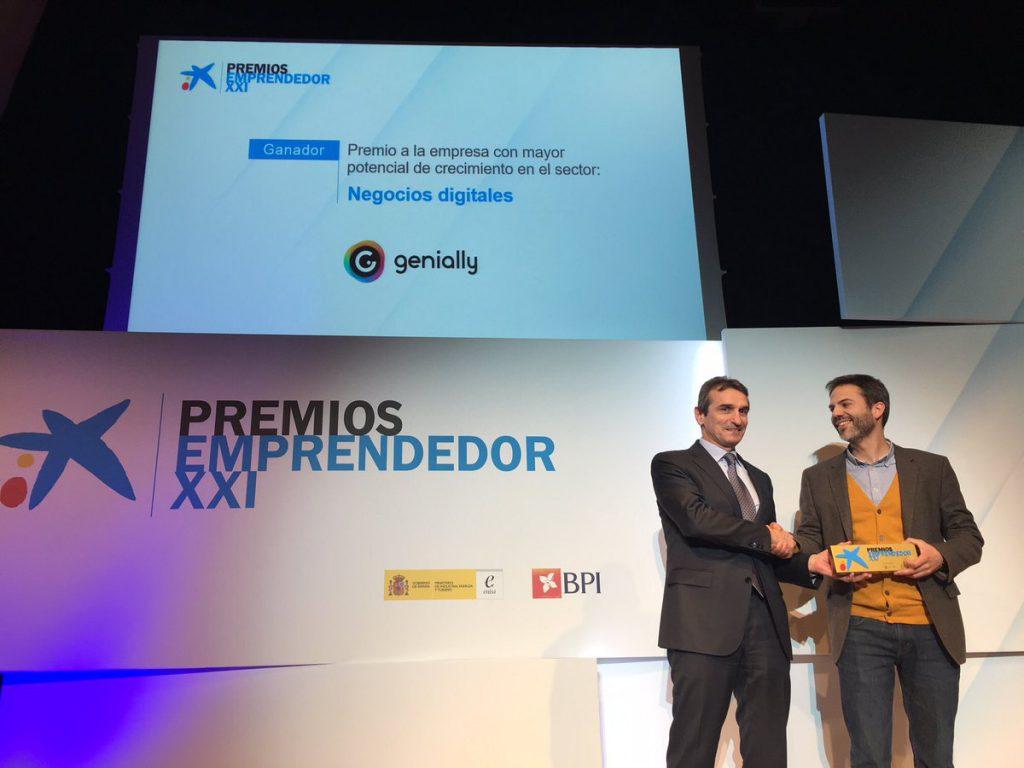 Juan Rubio, promotor de Genially, recogiendo el premio