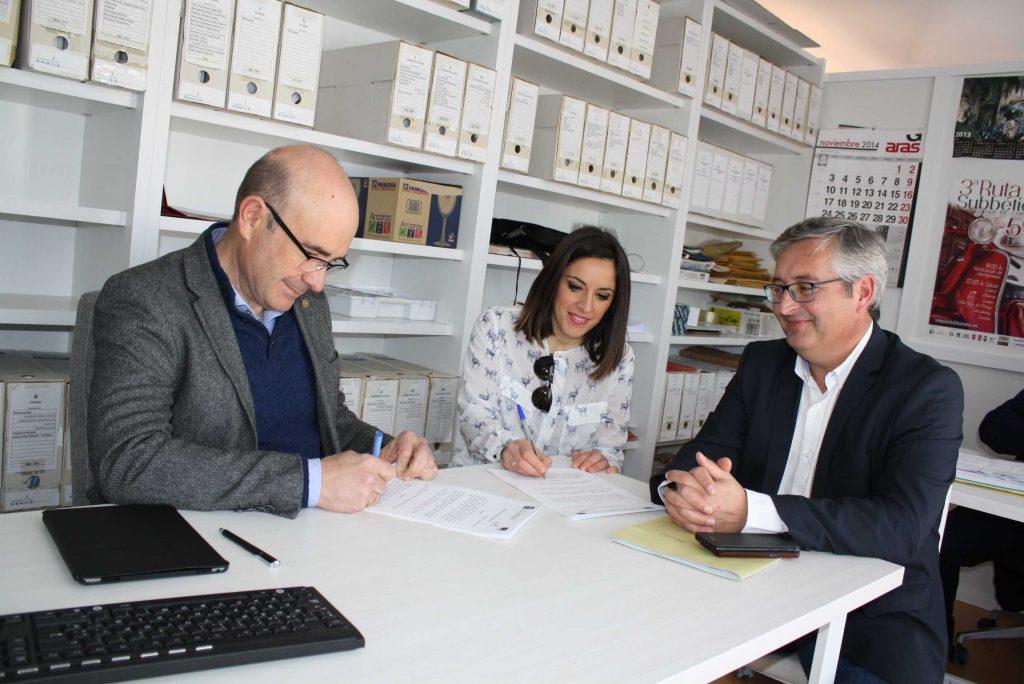 El delegado de Economía, Manuel Carmona, con la emprendedora Rocío García firmando el documento de cesión del alojamiento del CADE de Lucena en presencia del director provincial de Andalucía Emprende, Juan Manuel Trujillo