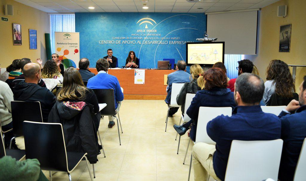 La delegada de Economía en Cádiz acompañada del director provincial de Andalucía Emprende en esta provincia