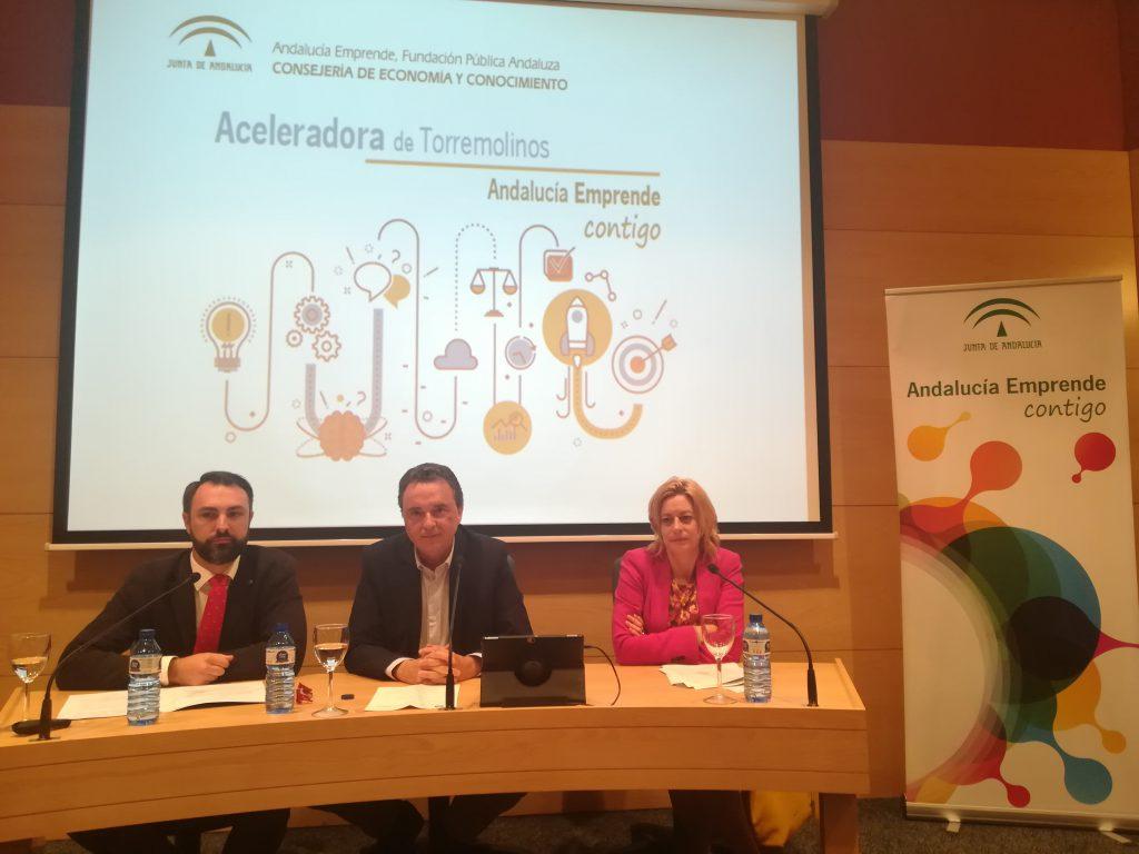 El delegado territorial de Economía, Innovación, Ciencia y Empleo en Málaga, Mariano Ruiz Araújo junto a la directora gerente de Andalucía Emprende, Montserrat Reyes y el alcalde de Torremolinos, José Ortiz, durante la presentación de la Aceleradora esta mañana