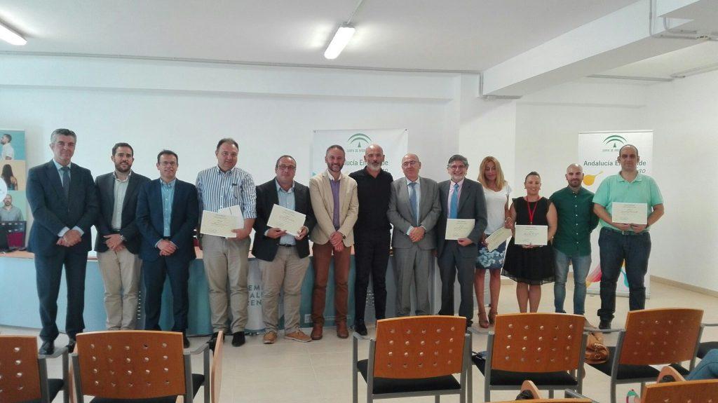 El delegado junto al coordinador provincial de Andalucía Emprende y empresas finalistas almerienses de la anterior edición de los Premios