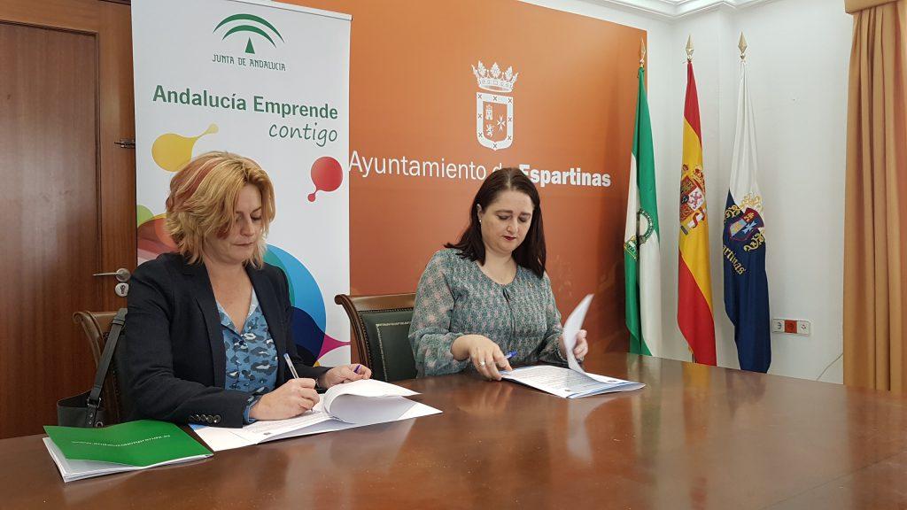 La directora gerente de Andalucía Emprende, Montserrat Reyes, y la alcaldesa del Ayuntamiento de Espartinas, Olga Hervás, durante la firma del convenio