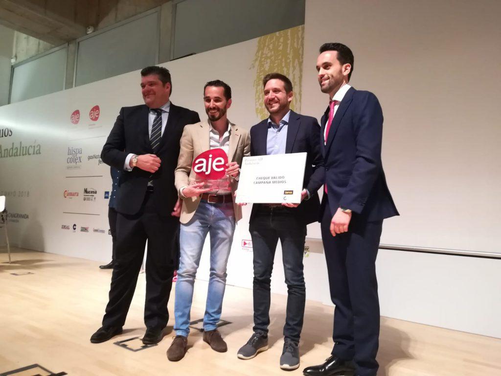 Genially recogiendo su galardón a la mejor 'Iniciativa Emprendedora' Premios AJE 2018