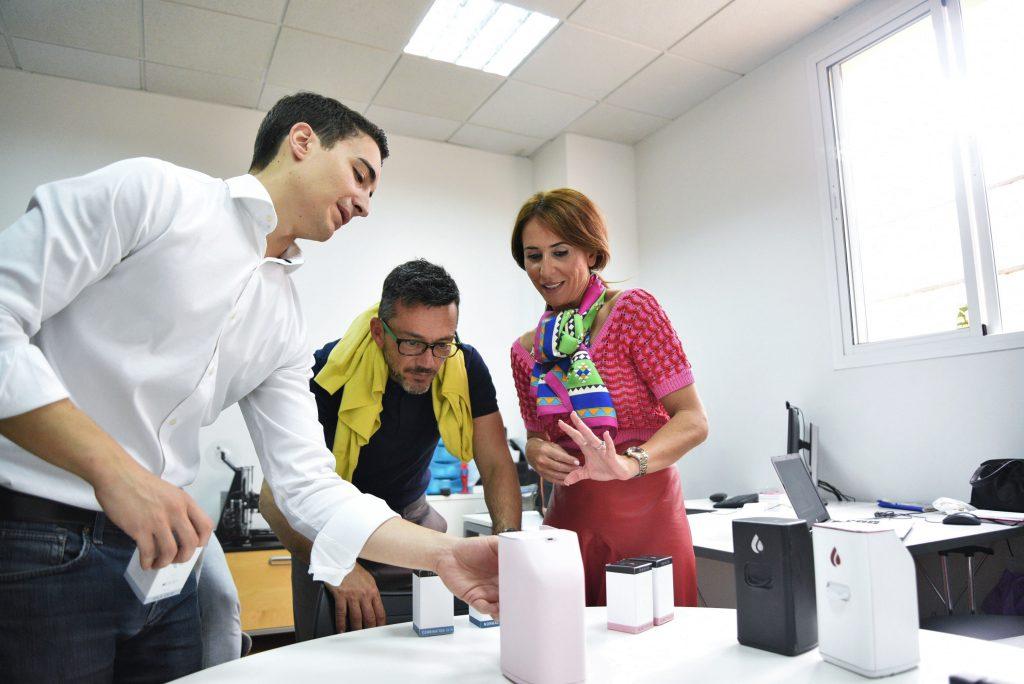 De izquierda a derecha: Rubén Rubiales, de Lesielle; Juan Manuel Polaina, director provincial de Andalucía Emprende; y Gema Pérez, delegada de Economía, conociendo el dispositivo de Lesielle