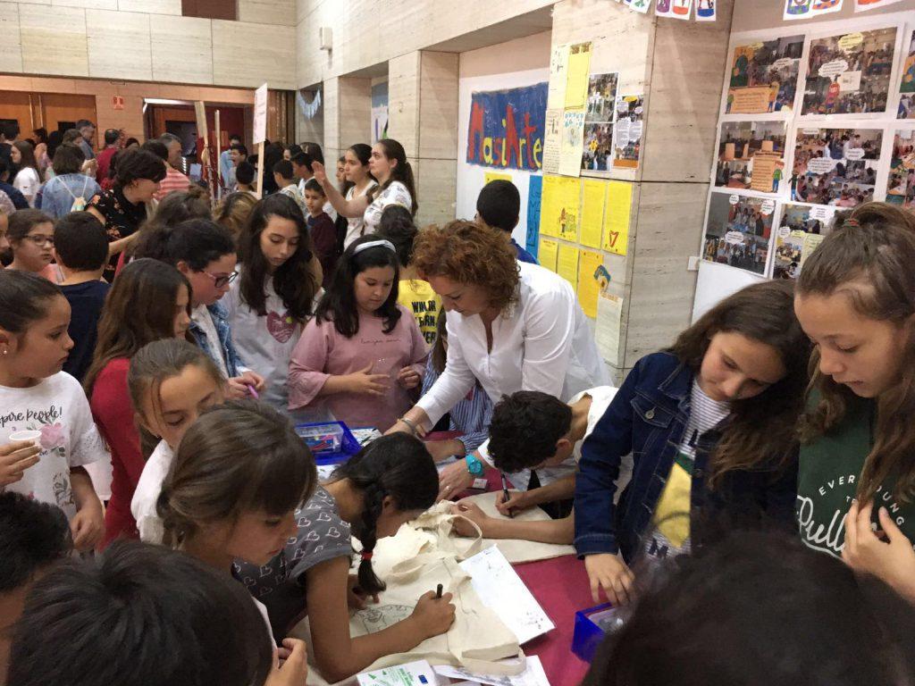 Estudiantes durante la Feria de Emprendimiento 2018 en Huelva