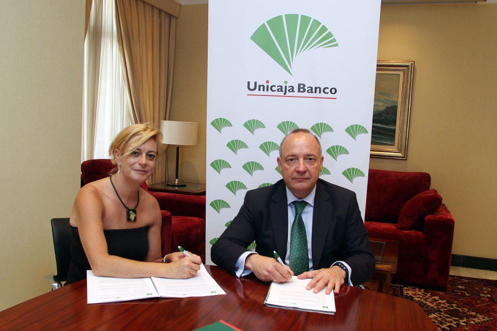 Montserrat Reyes y Salvador Navarro durante la firma del convenio