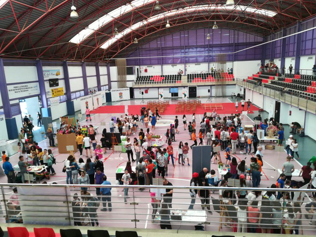 Cerca de 300 estudiantes participantes en la feria, en el Pabellón de Deportes de Viator (Almería)