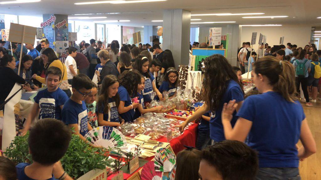 Estudiantes sevillanos durante la celebración de la Feria de Emprendimiento 2018 en Sevilla