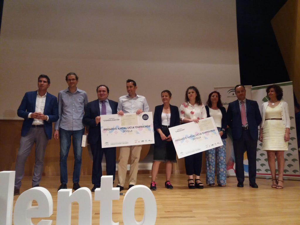 Los promotores de Opentherapi y Iaxxon Energía, recogiendo el premio