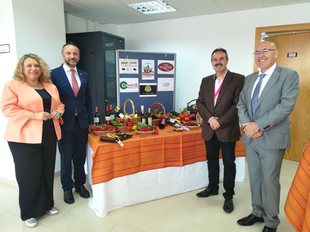 Los delegados de Economía, Innovación, Ciencia y Empleo y de Cultura, Turismo y Deporte junto a la directora general de Calidad, Innovación y Fomento del Turismo y el director provincial de Andalucía Emprende ante el bodegón muestra de productos gastronómicos almerienses