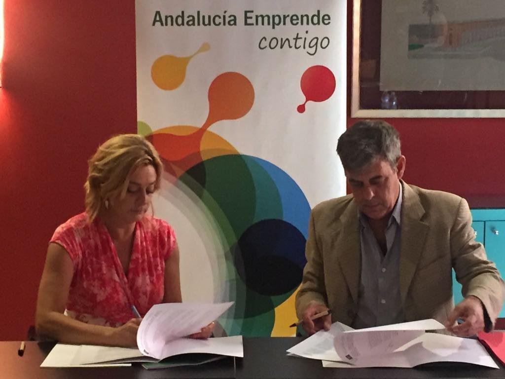 La directora gerente de Andalucía Emprende, Montserrat Reyes, y el presidente de AFCAN, Carlos García Espinosa, durante la firma del convenio