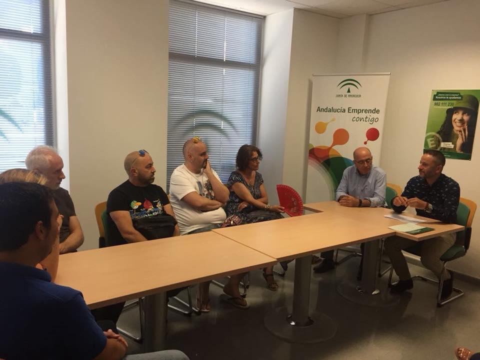 El delegado de Conocimiento y Empleo en una reunión con emprendedores y comerciantes de Berja