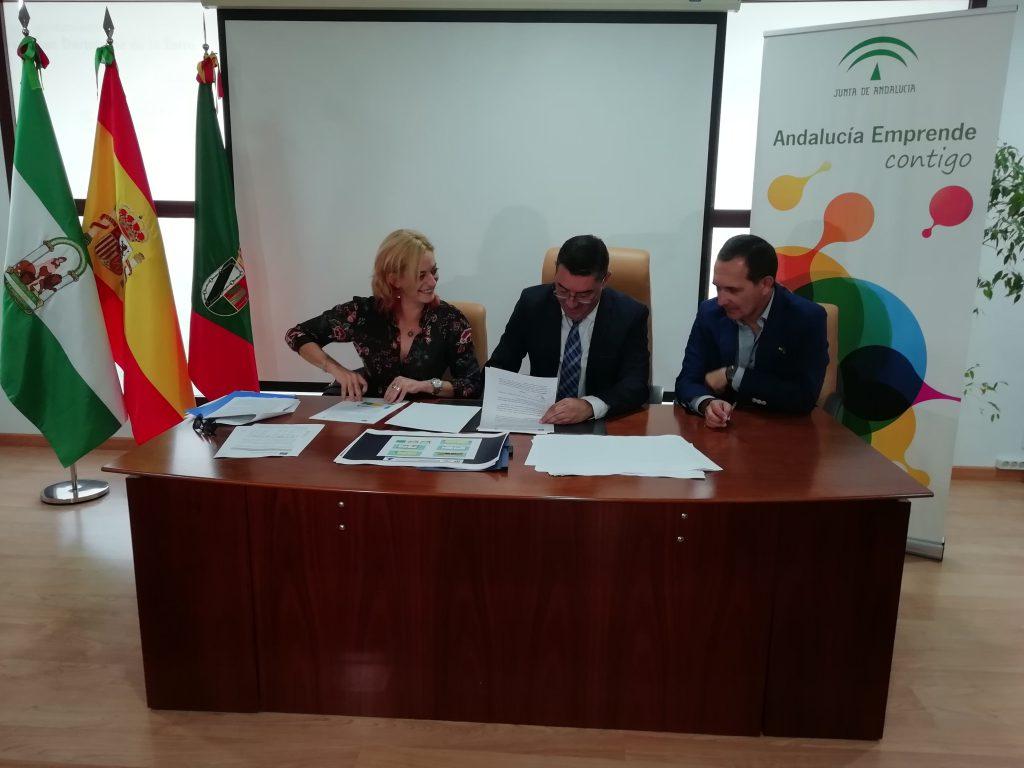 La directora gerente de Andalucía Emprende, Montserrat Reyes y el Alcalde de San Bartolomé de la Torre, Manuel Domínguez junto al delegado territorial de Conocimiento y Empleo en Huelva, Manuel Ceada, durante la firma del convenio
