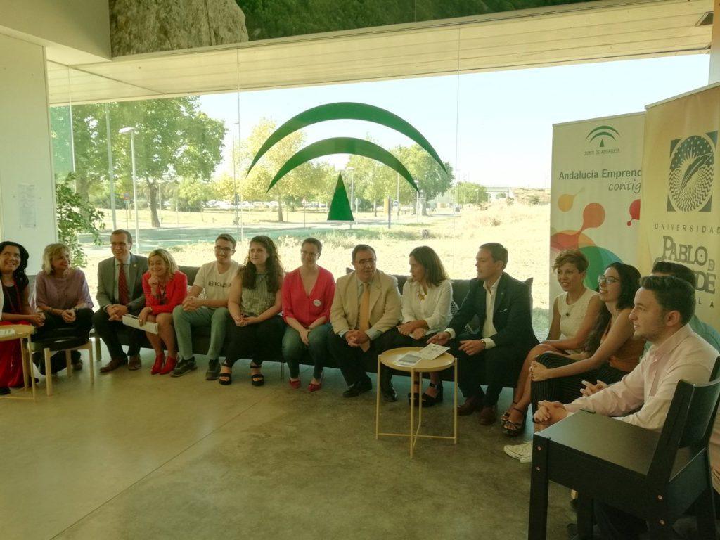 La titular de Conocimiento, Lina Gálvez, y la directora gerente de Andalucía Emprende, Montserrat Reyes, durante la visita al CADE de la UPO, junto a los proyectos de negocio nacidos en el campus e incubados en sus instalaciones