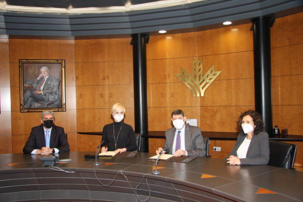 Durante la firma del convenio con Caja Rural Granada